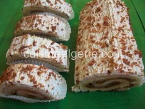 Biscuit roulé à la confiture et crème chantilly