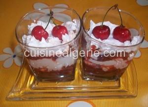 Coulis de cerises et crème chantilly en verrine