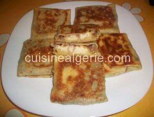 Crêpes fourrées aux fromages et oignons