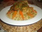 Riz au poulet mariné, petits pois et raisins secs