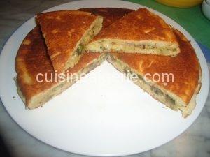 Tourte à la poêle aux oignons et fromage