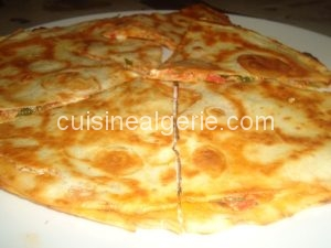 Tortilla au thon, tomate et fromage