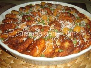 Croquettes de riz et poulet en sauce rouge